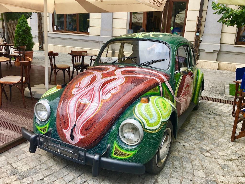 bunter VW Käfer in der Fußgängerzone, Iași