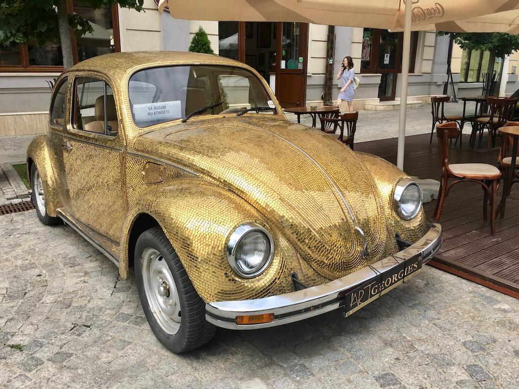VW Käfer in Gold, Fußgängerzone Iași