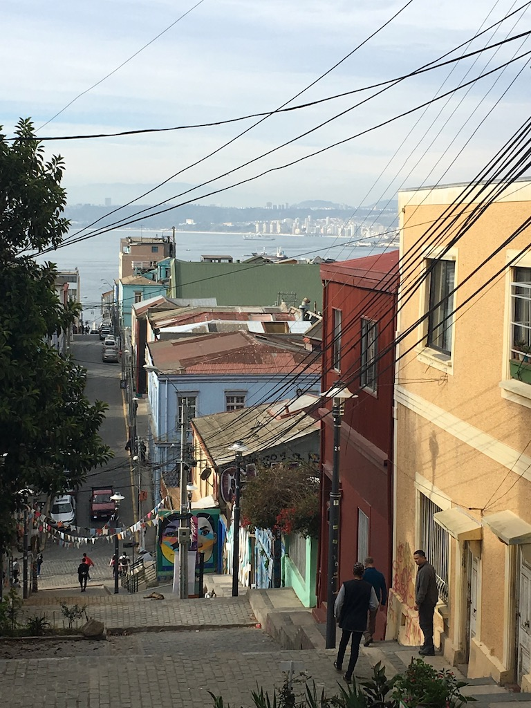 steile Straße in Valparaiso mit Pazifik im Hintergrund