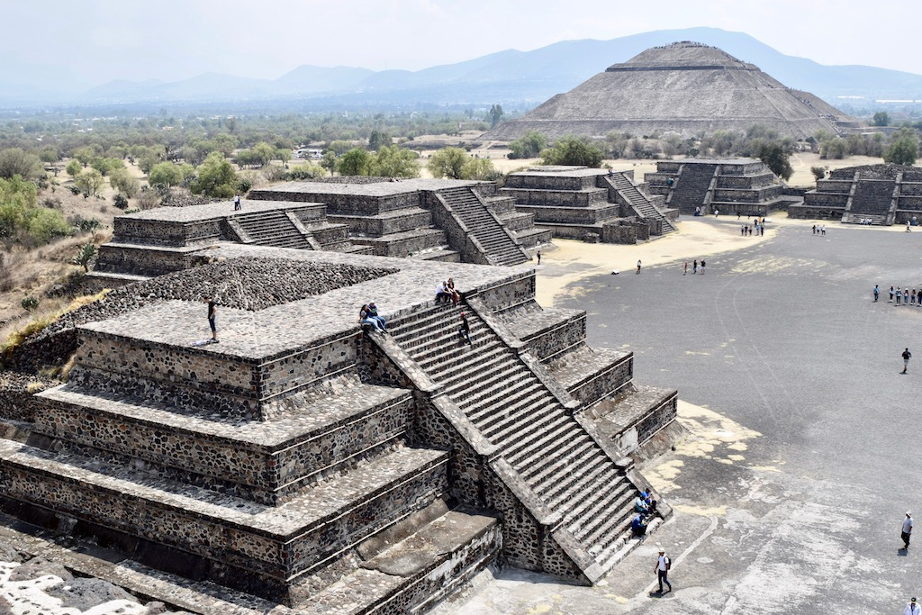 große Pyramide im Hintergrund, kleine Pyramiden im Vordergrund