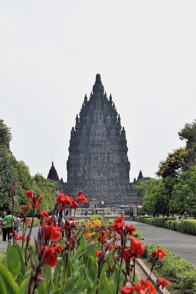 Hindutempel von Prambanan mit Blumen im Vordergrund