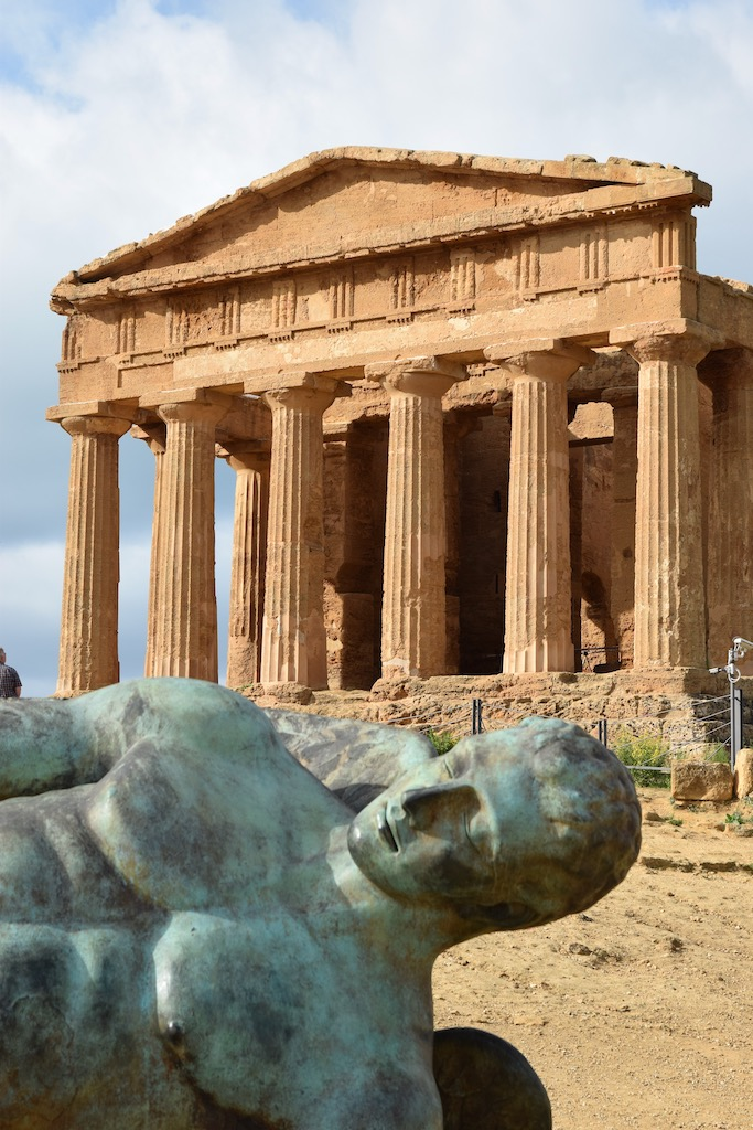 griechischer Tempel mit liegender Bronzefigur