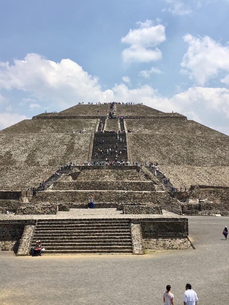 Pyramide mit Treppe, blauer Himmel mit Wolken