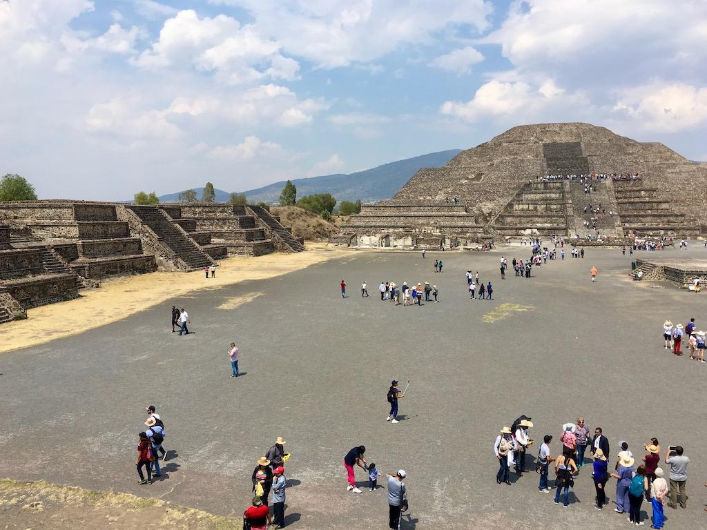 große und kleine Pyramiden mit Platz davor