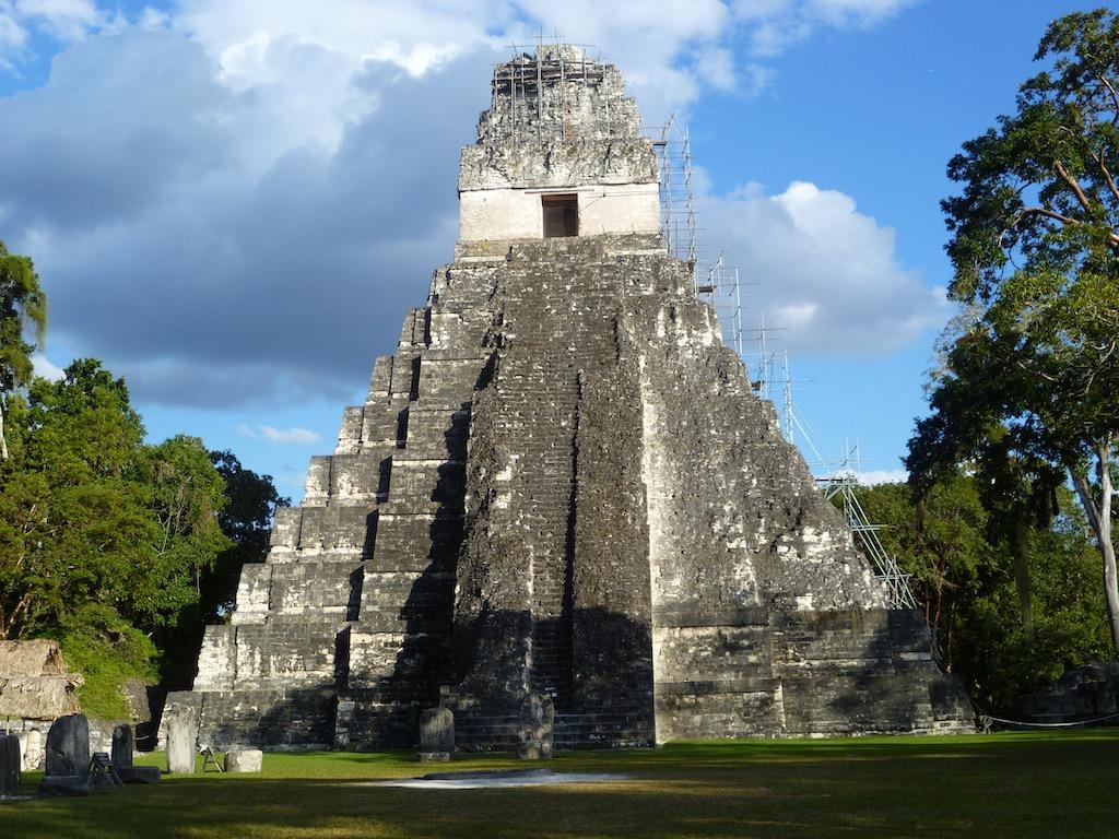 Maya-Pyramide im Dschungel