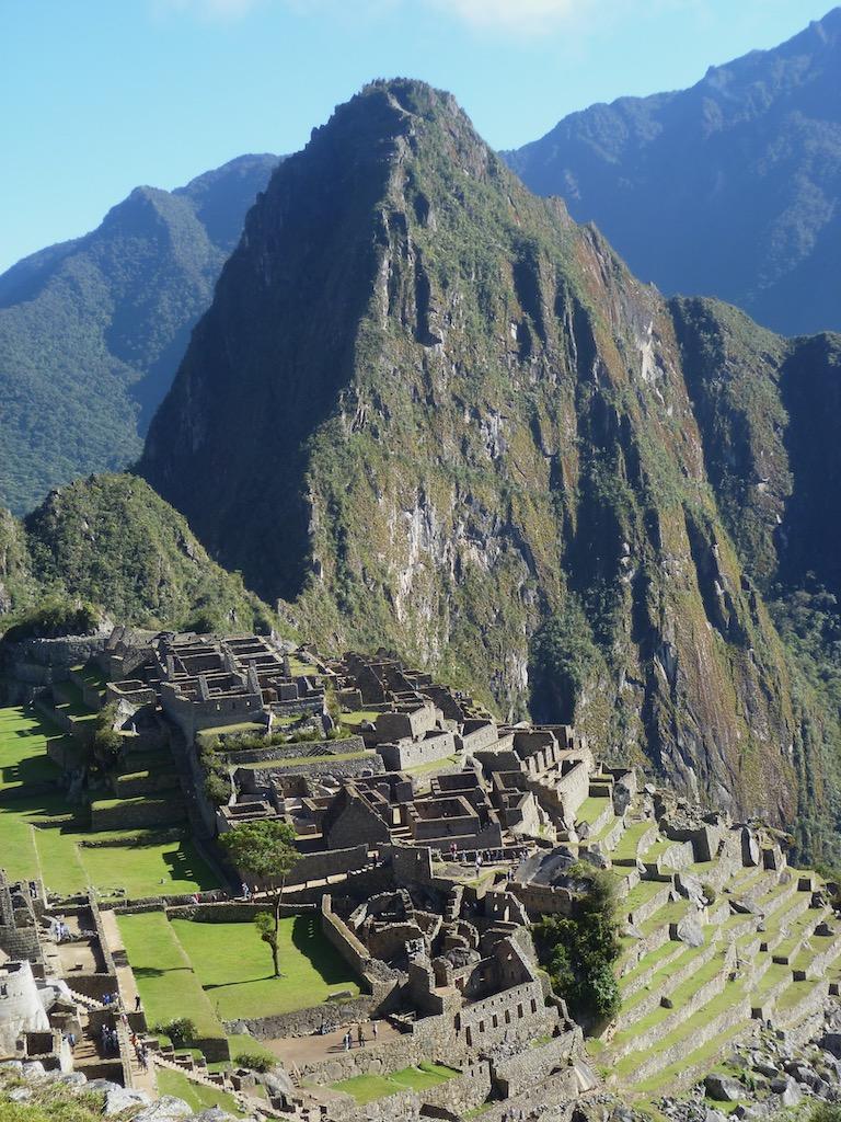 Ruinen vor Bergen, Blick von oben