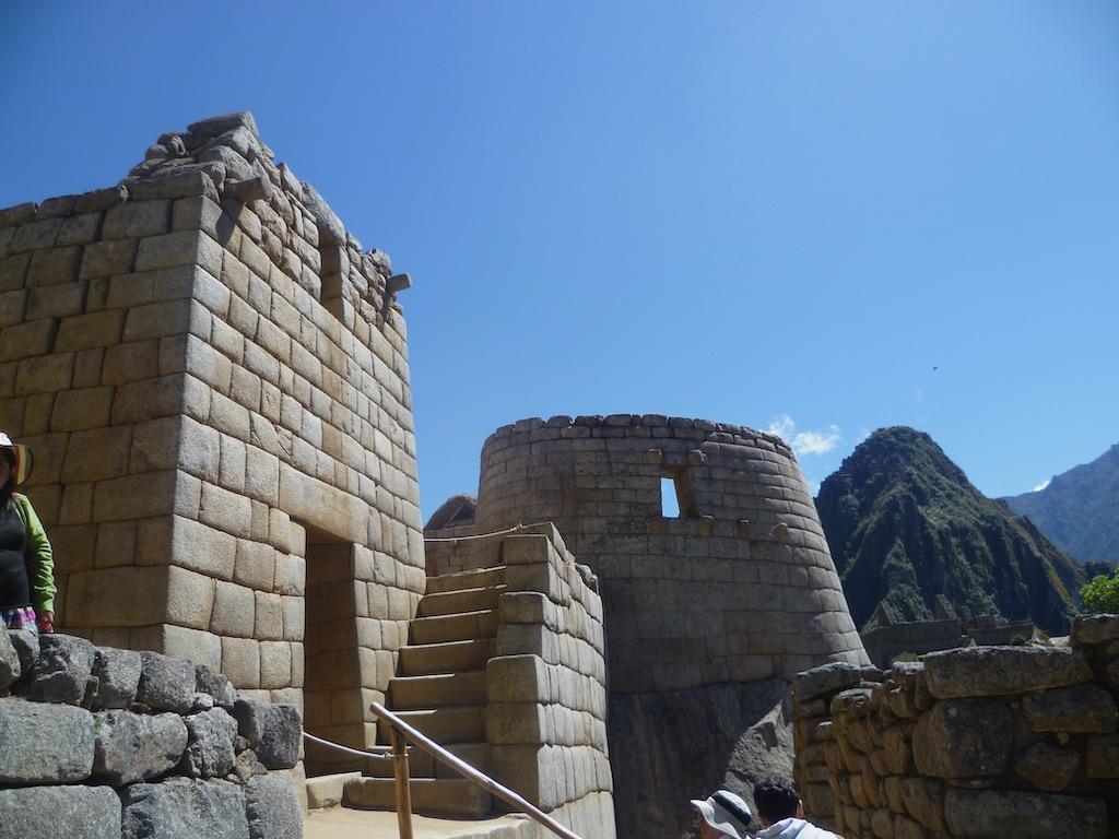 Bauten aus Stein ohne Mörtel, Berge im Hintergrund
