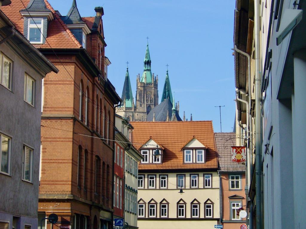 Altstadt mit Kirchtürmen im Hintergrund