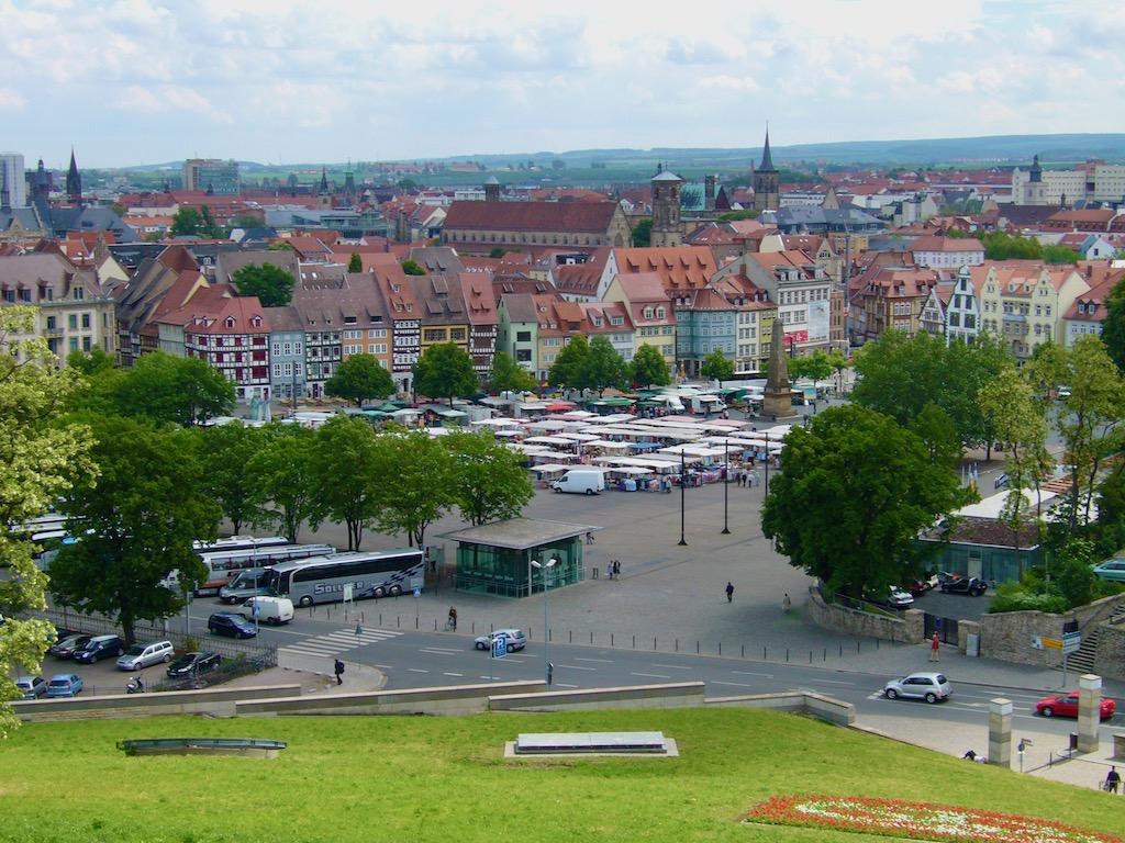 Platz mit Altstadt im Hintergund