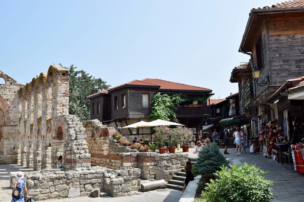 Ruine und Häuser aus Stein und Holz, Geschäfte