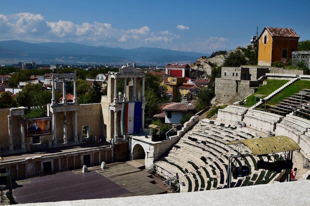 Amphitheater, Stadt und Berge im Hintergrund
