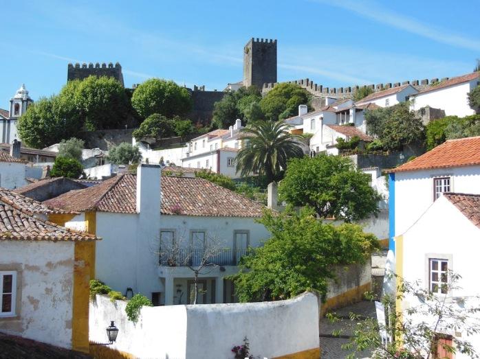 weiße Häuser mit Türmen der Stadtmauer