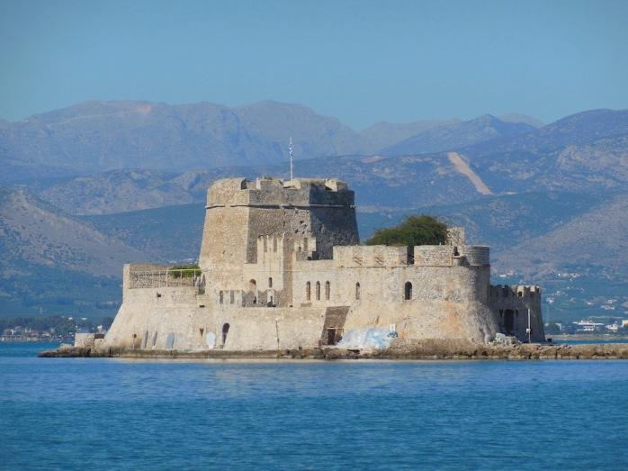 Festung im Meer, Berge im Hintergrund