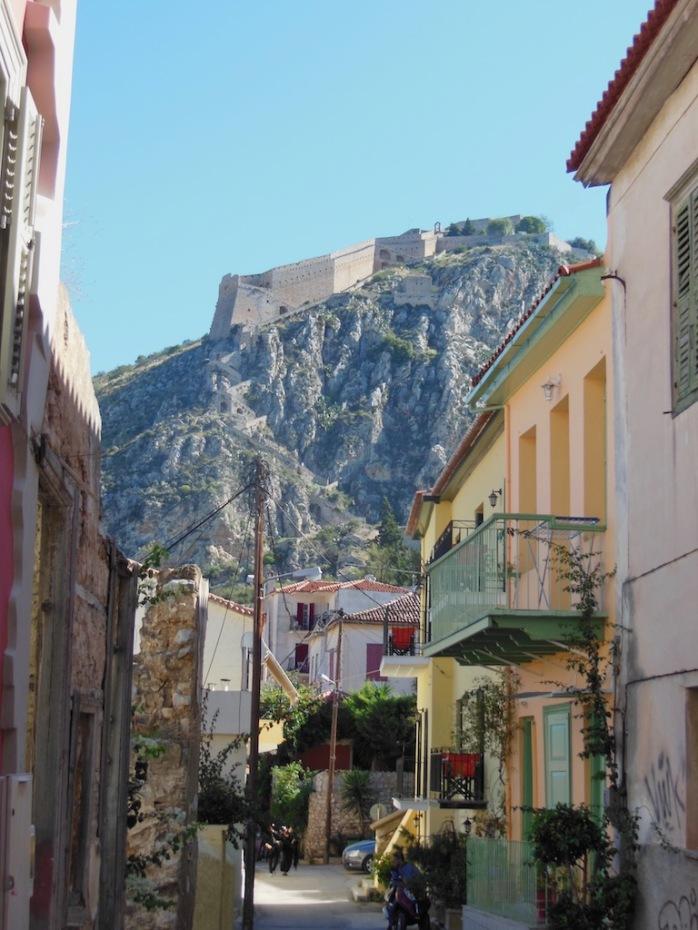 Altstadtgasse mit Blick auf Festung