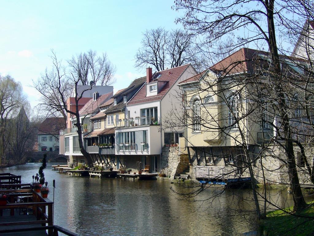 Fluss mit Synagoge und anderen Häusern
