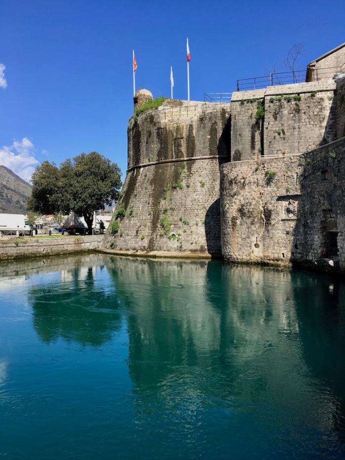 Stadtmauer mit Wasser