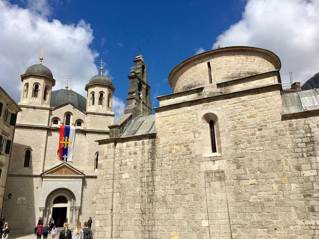 2 Kirchen, serbische Flagge