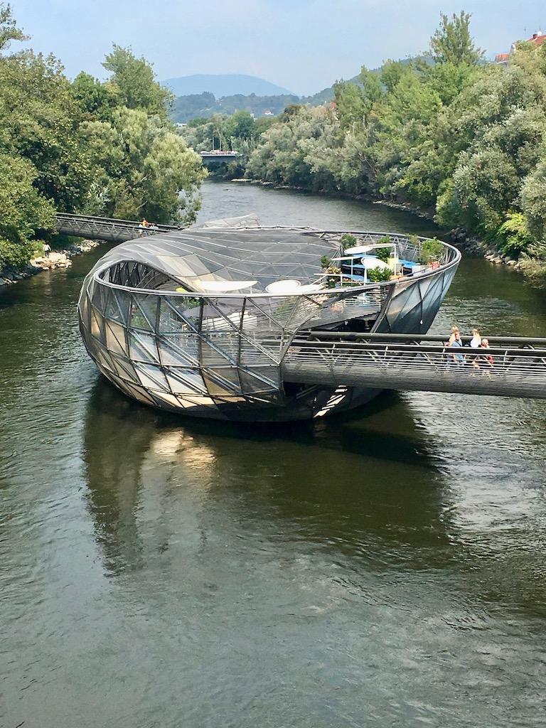moderne Architektur, Insel in Fluss