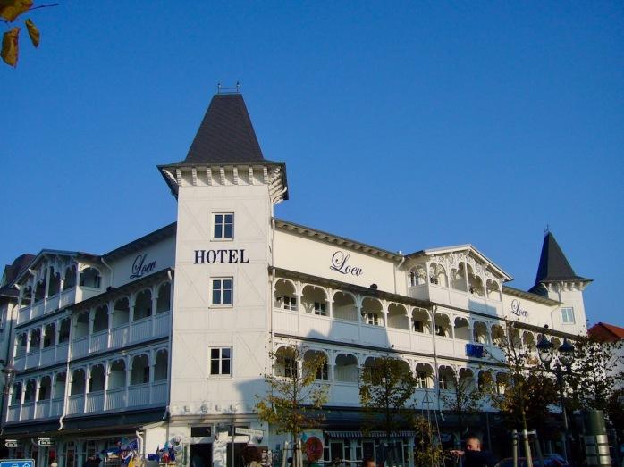 weißes Hotel im Bäderstil