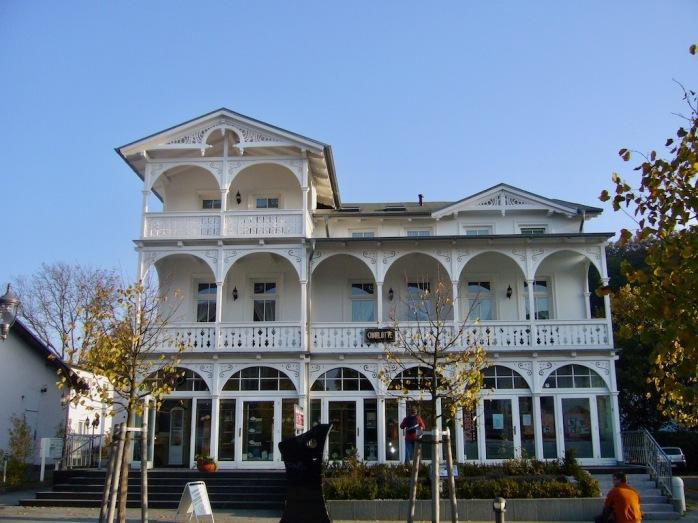 weißes Haus in Bäderarchitektur