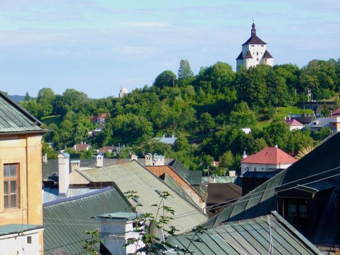 Blick über Dächer auf Schloss auf Berg, Bangka Stiavnica, Slowakei