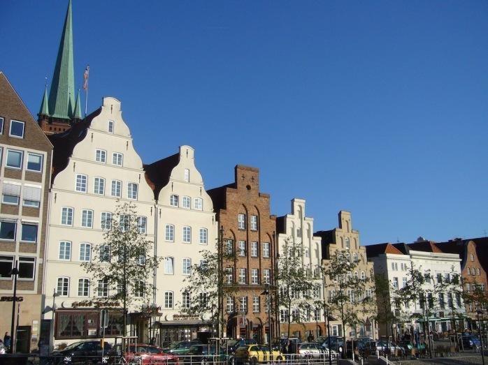 alte Häuser, Kirchturm im Hintergrund