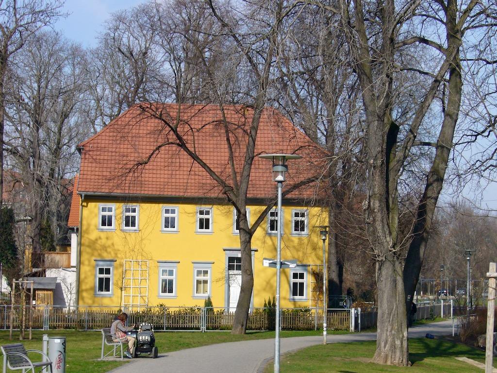 gelbes Haus im Park