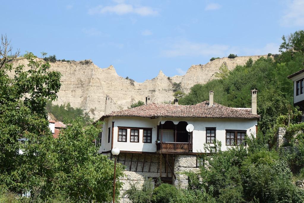 Haus vor Felswand