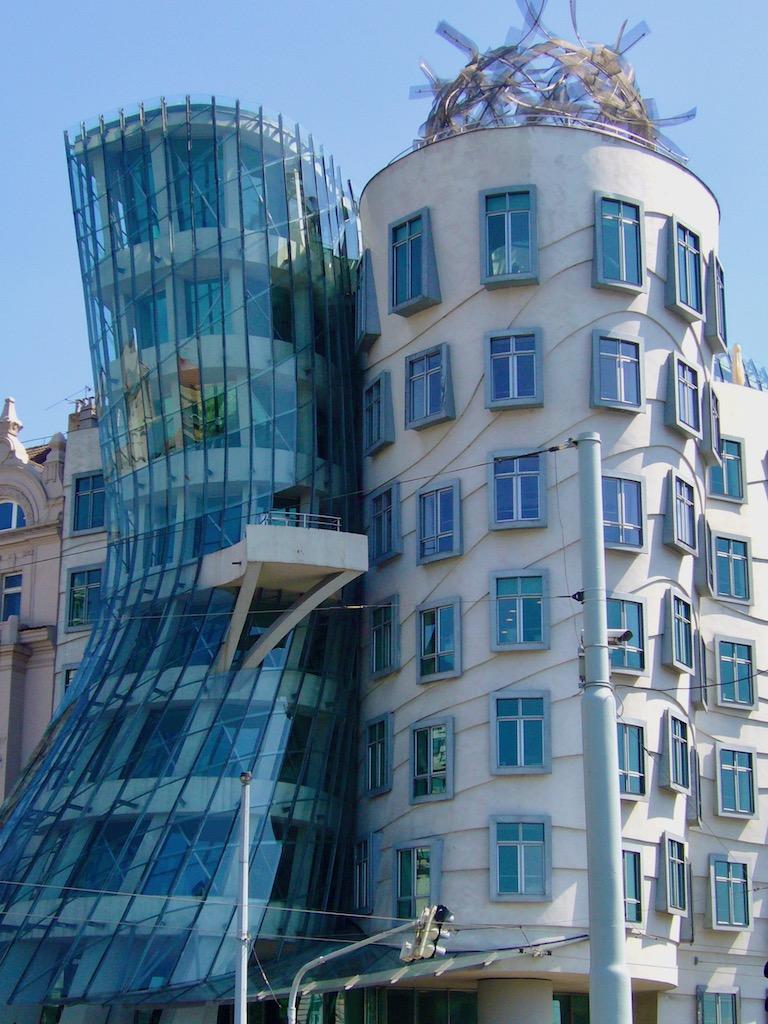eingeknicktes Haus mit Glasfassade