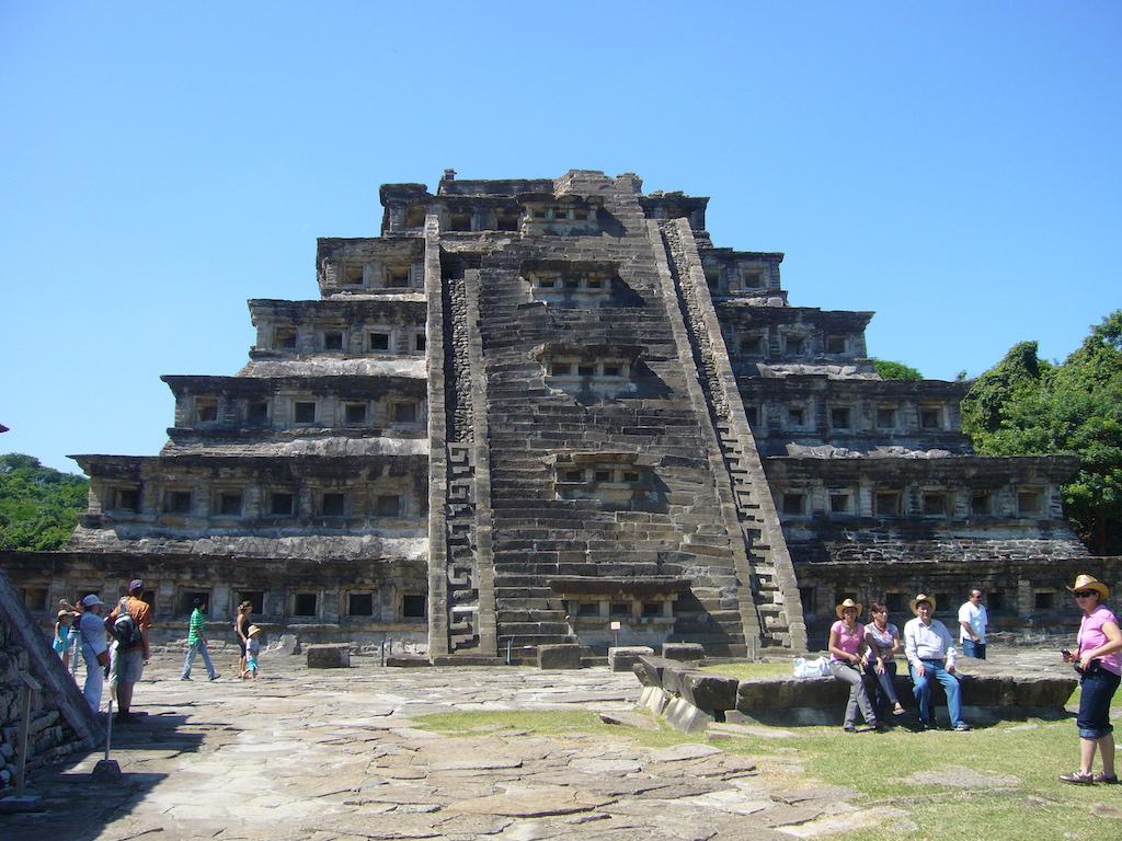 Nischenpyramide, Touristen