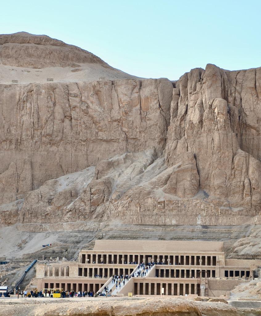 Tempel mit Arkaden, Felswand
