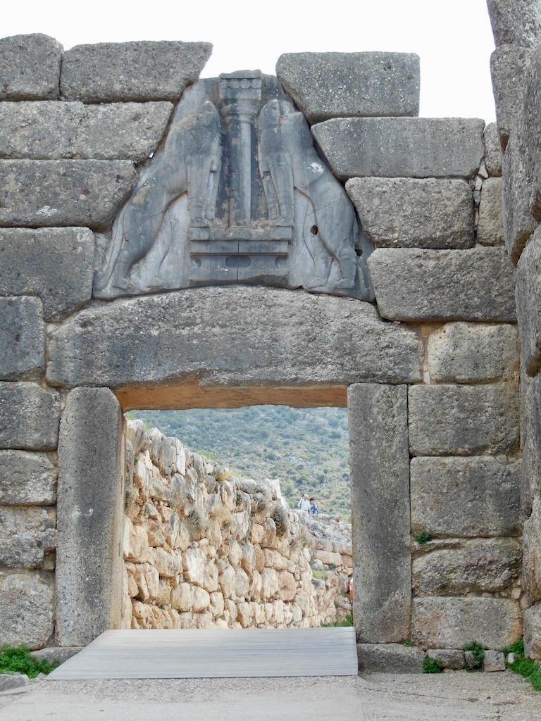 Mauer mit Tor, Relief mit 2 Löwen