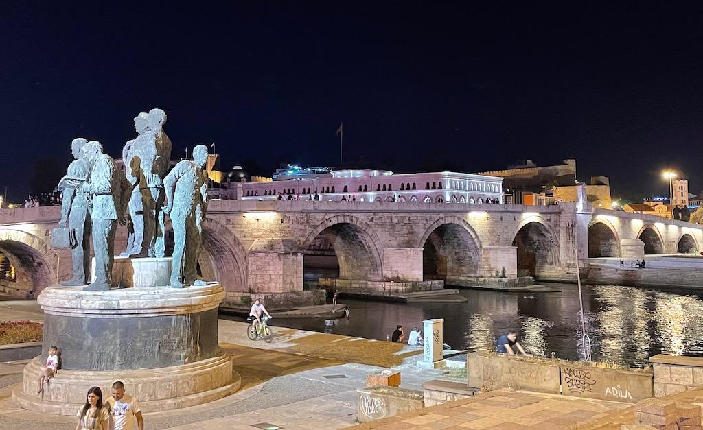 Brücke und Denkmal bei Nacht